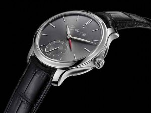 H. Moser & Cie. Presents New Nomad GMT_Moser_Nomad-Platinum_560